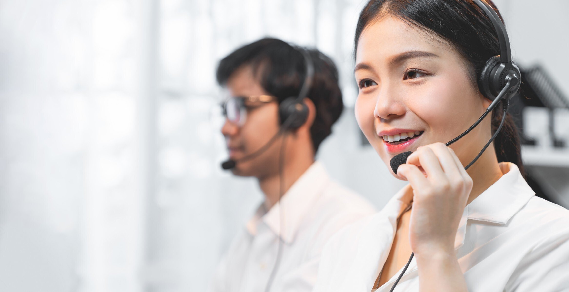 smiling-asian-businesswoman-consultant-wearing-microphone-headset-of-customer-support-phone-operator_t20_N06VY2